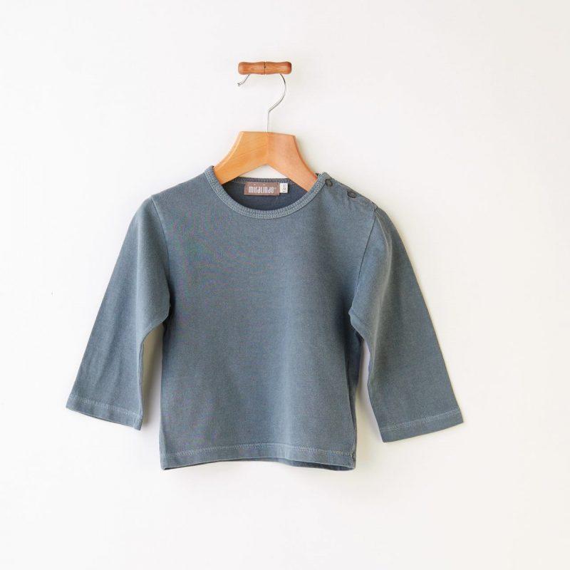 Camiseta básica de bebé de color azul gris diferente y de algodón.