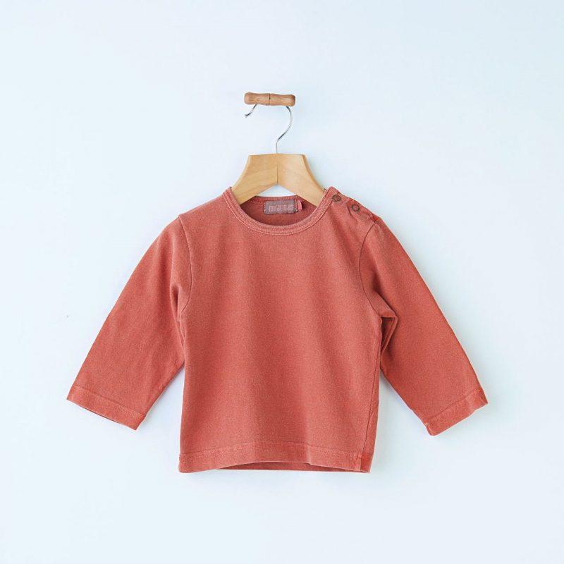 Camiseta básica de bebé de color caldera diferente y de algodón.