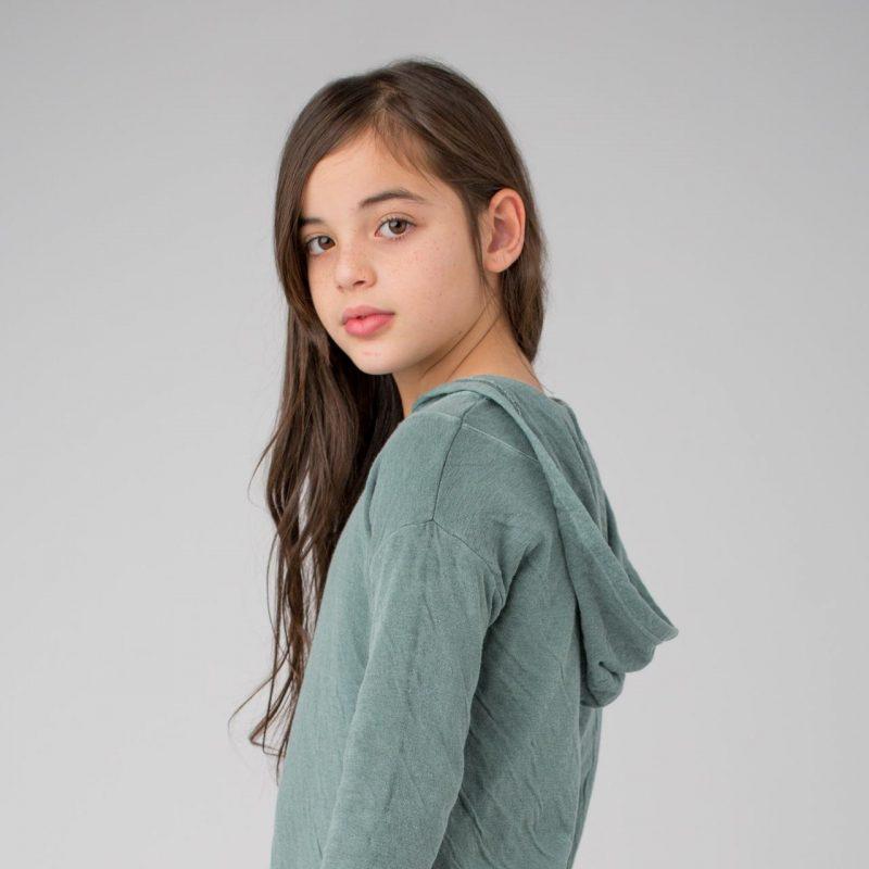 Vestido de color verde con capucha para niñas de 2 a 14 años. Vestido de algodón fabricado en España.