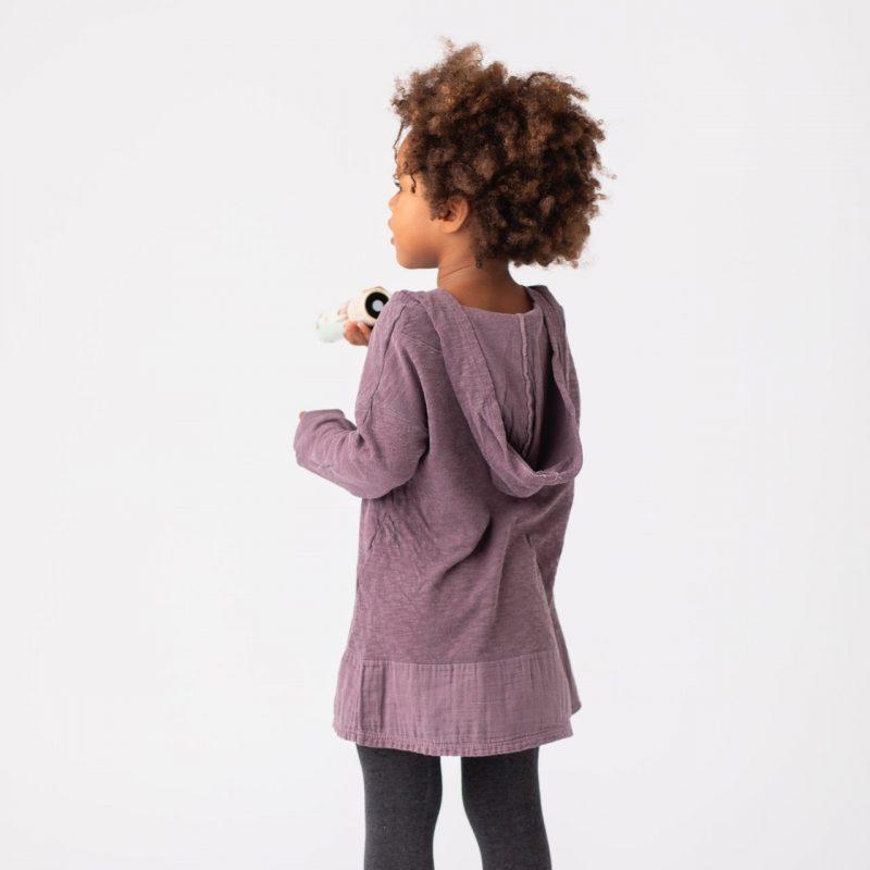 Vestido morado con capucha para niñas de 2 a 14 años. Vestido de algodón fabricado en España.