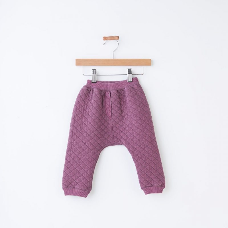 Pantalón acolchado bebe color morado. Pantalón calentito de invierno.
